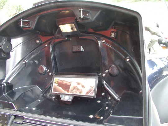 Az ilyen kis részletek adják az LT-életérzést: a hátsó dobozban fedél alatt lapul a kis piperetükör, persze külön világítással
