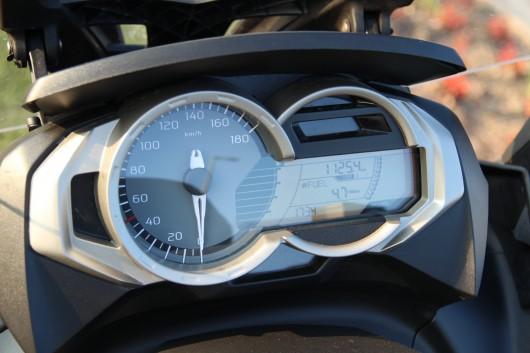 A műszerfal mindenről tájékoztat: sebesség, üzemanyag-szint, egy össz- és három napi kilométerszámláló, fedélzeti számítógép, óra és fordulatszám. Utóbbi csak ezresével mér és nem is könnyű leolvasni - szerencse, hogy nagyjából fölösleges is