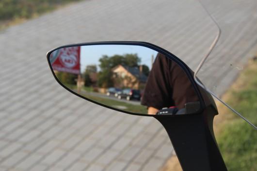 A tükröket városban szerettem - szinte nincs oldalsó holtterük -, országúton viszont nem - semmilyen beállítás esetén nem láttam a hátam mögé, ott akár teljesen el tudott tűnni egy autó