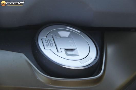 16 liter benzin fér az ülés alá - cserébe jó messzire eljutunk vele