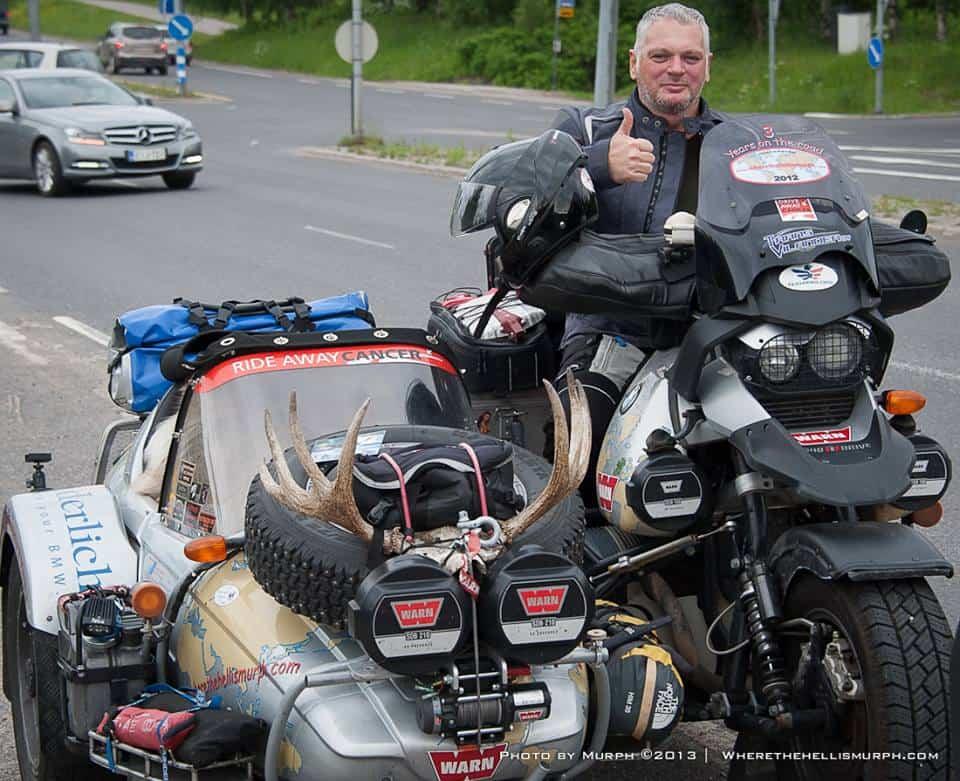 A Murph-mobil: Ottó nem csak élményekkel gazdagodott európai körútja során, de megannyi új, hasonszőrű fanatikus túrázó barátra is szert tett. Itt éppen a lassan két évtizede úton lévő Irish Murph oldalkocsisával pózol