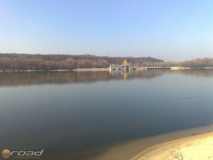 Itt tűnik el a kőolaj-vezeték a folyóban