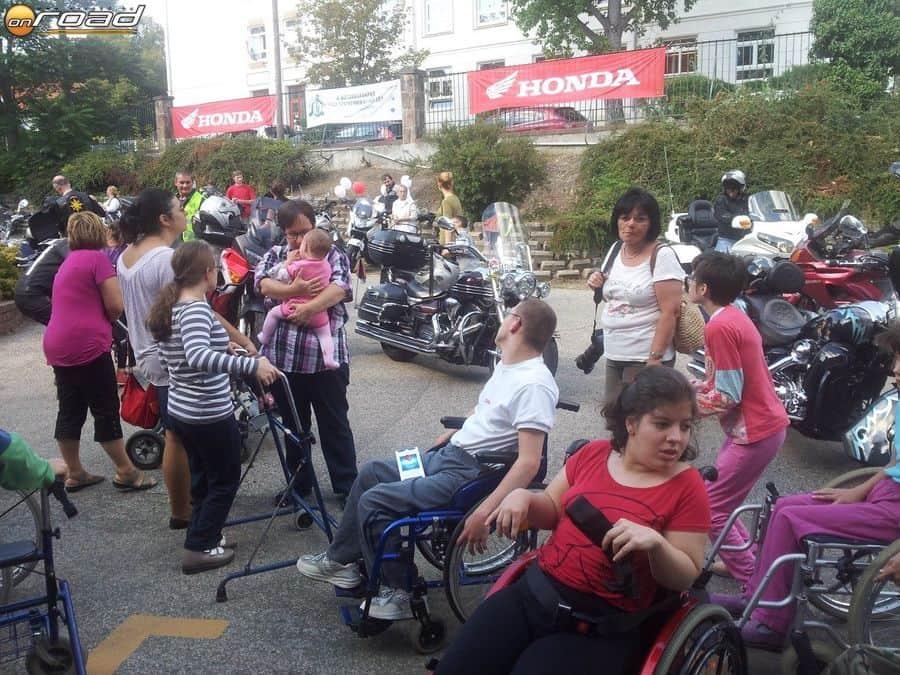 A naponta kerekesszékben és kerettel közlekedő gyerekeknek az év egyik legnagyobb élménye, amikor motorra ülhetnek