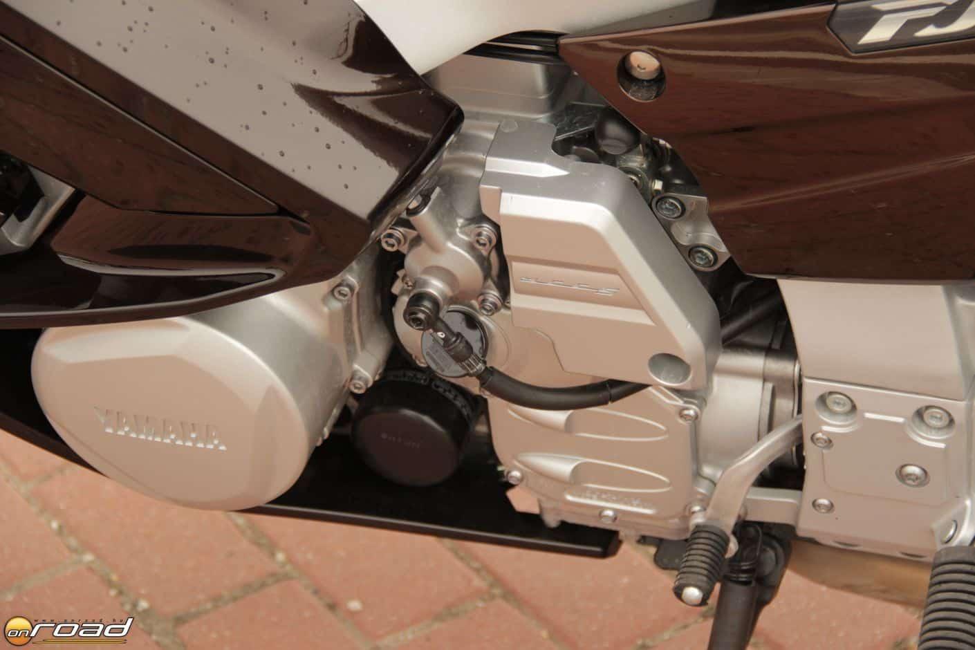 Az FJR majdnem normál öt sebességes váltóját egy automatizált tengelykapcsoló egészíti ki
