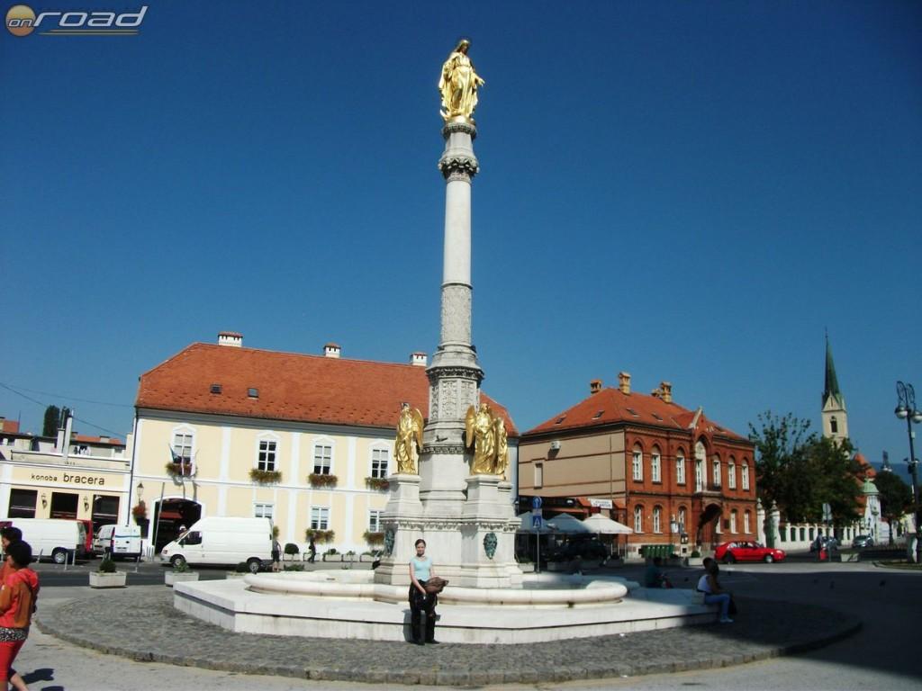 Mária mennybemenetele szobor a zágrábi katedrálissal szemben
