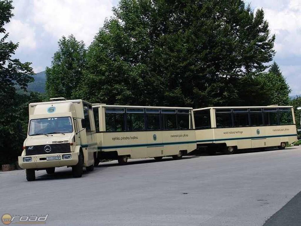 Ilyen buszok szállítják a turistákat a gyalogtúra kiindulópontjára