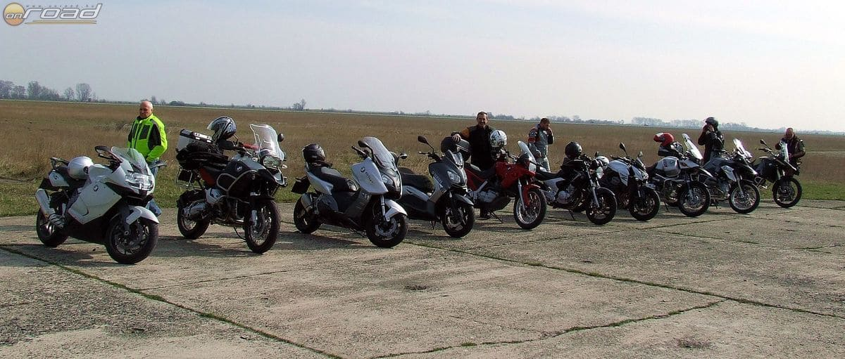 Szép számmal sorakoztunk az idei első BMW Motorrad Vezetéstechnikai Tréningen - ez csak az egyik csoport