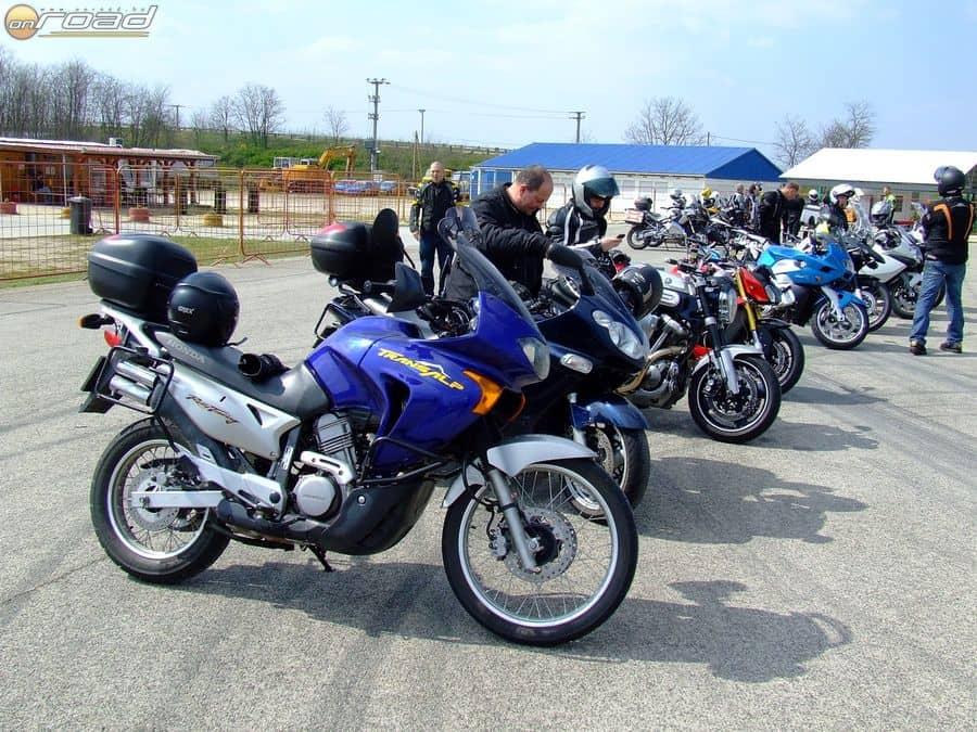 Így is kell szezon elején! Két nagy csoportra való motoros gyűlt össze az idei év első intenzív kurzusán