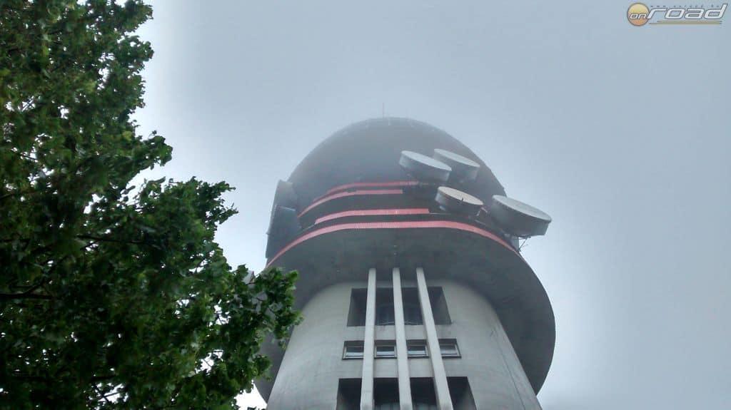 A pécsi TV-torony teteje eltűnik a felhőben...