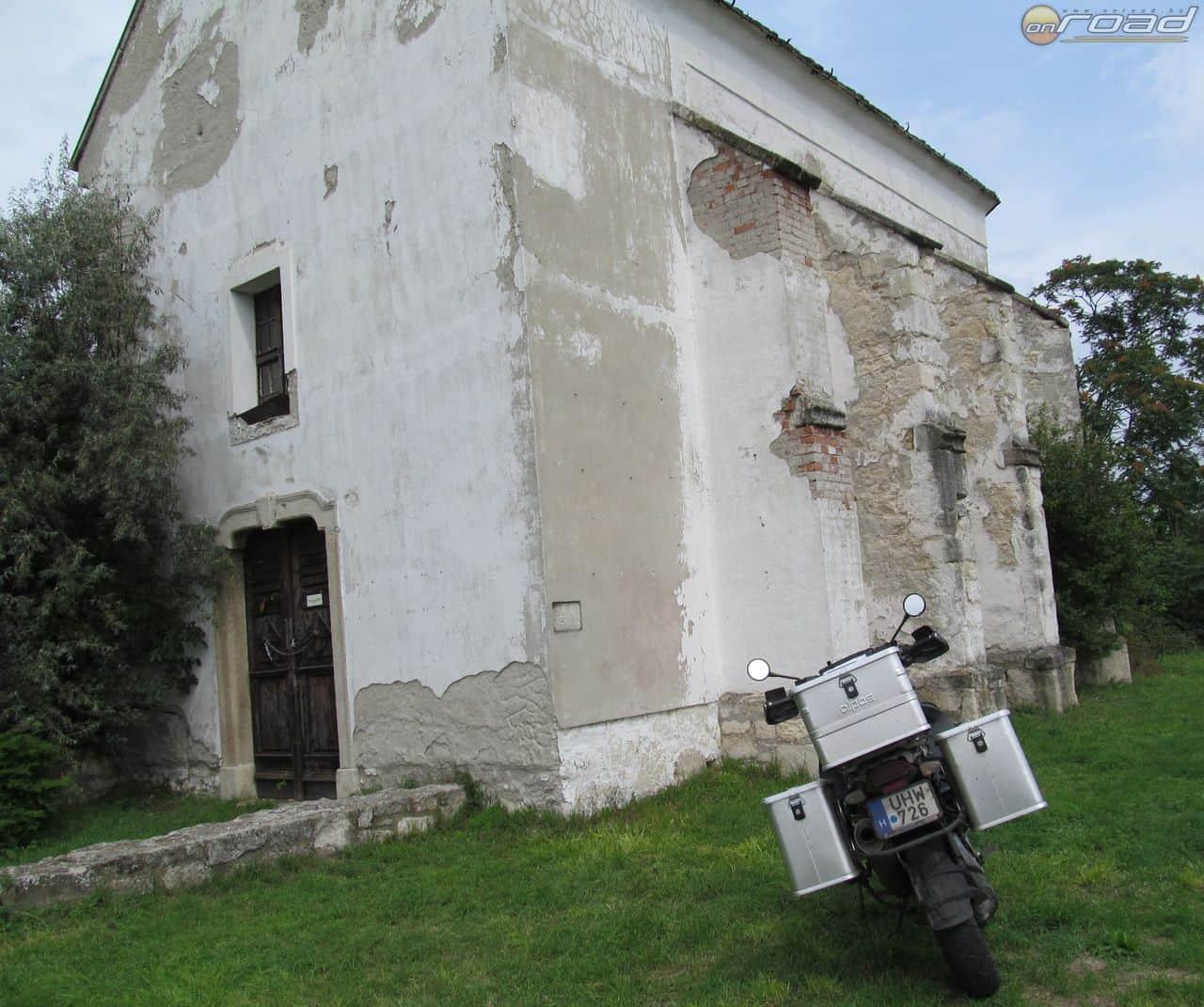 Etyek mellett földúton felcsapattunk a templomhoz, ...