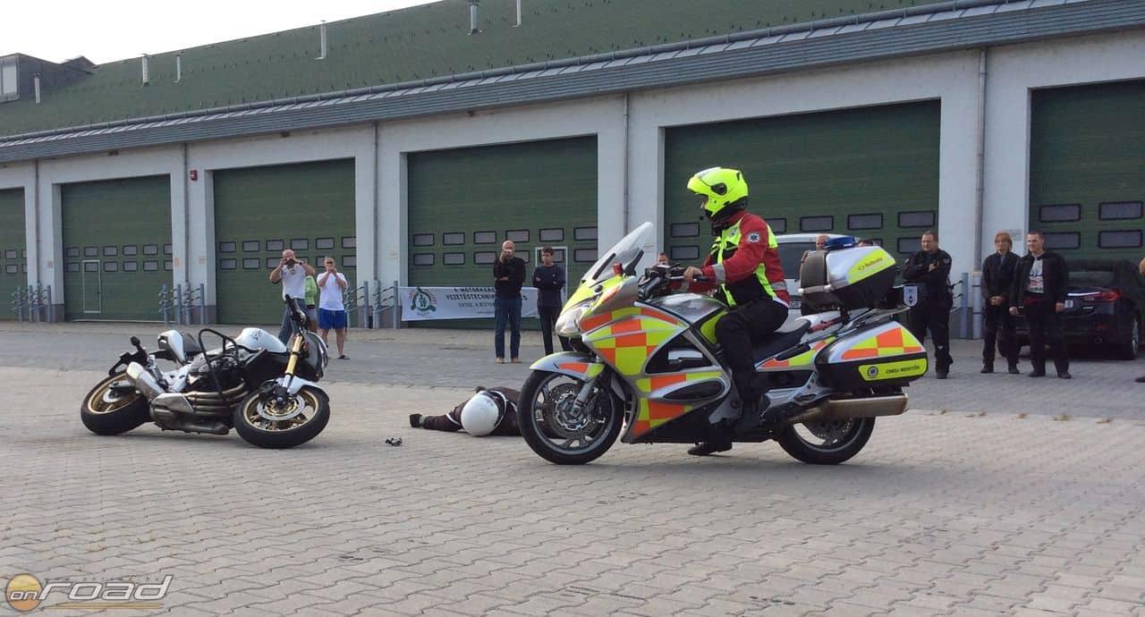 Természetesen a mentőmotor érkezik meg elsőként