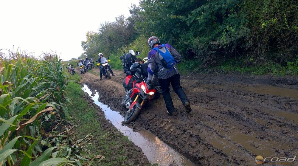 Egyedül a Ducati Multistradának nem állt jól a sár és az oldalt fekvés