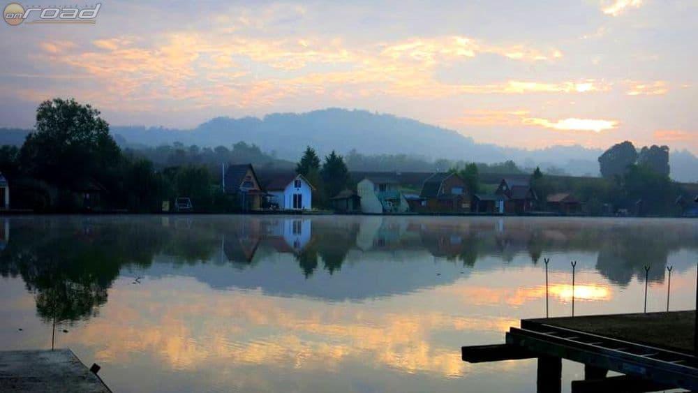 Hajnali nyugalom a tóparton