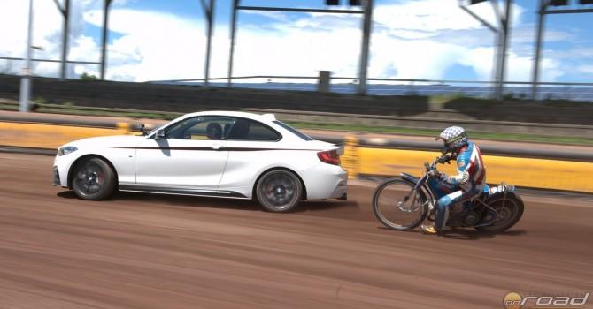Autó a versenymotor ellen, csak keresztben és határon!