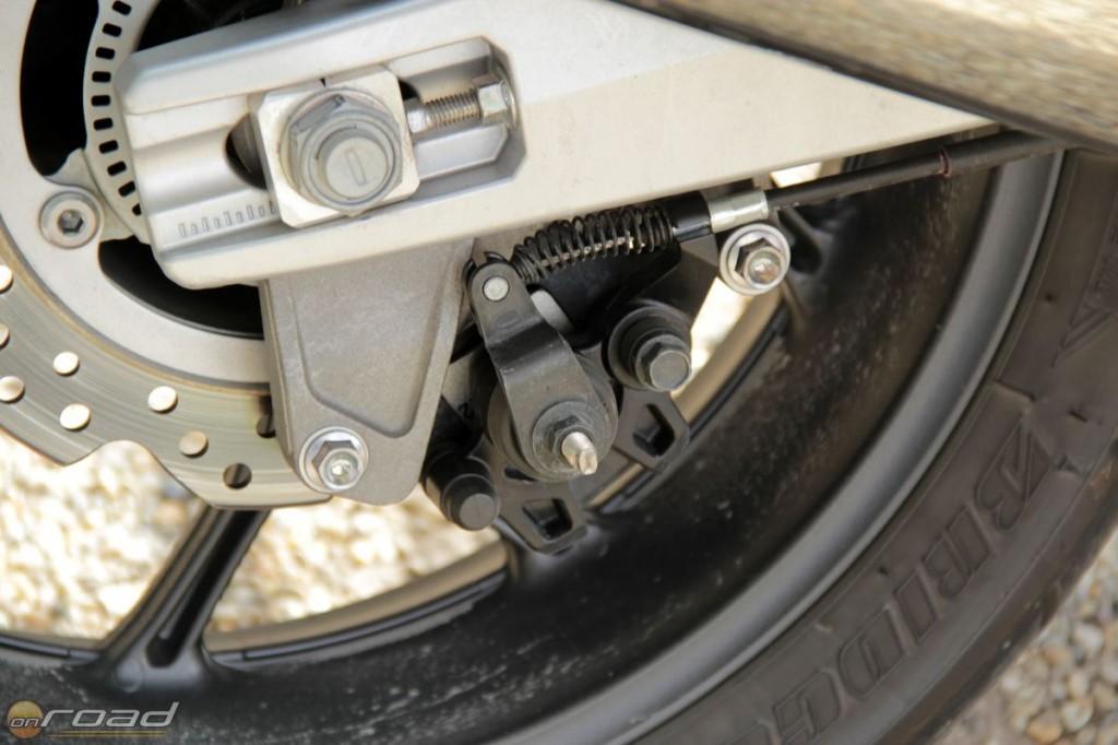 A lengővilla alján találhatjuk a rögzítőféket - ennek megállásoknál vehetjük hasznát, ahol az üresben lévő váltó helyett fixálja a motort