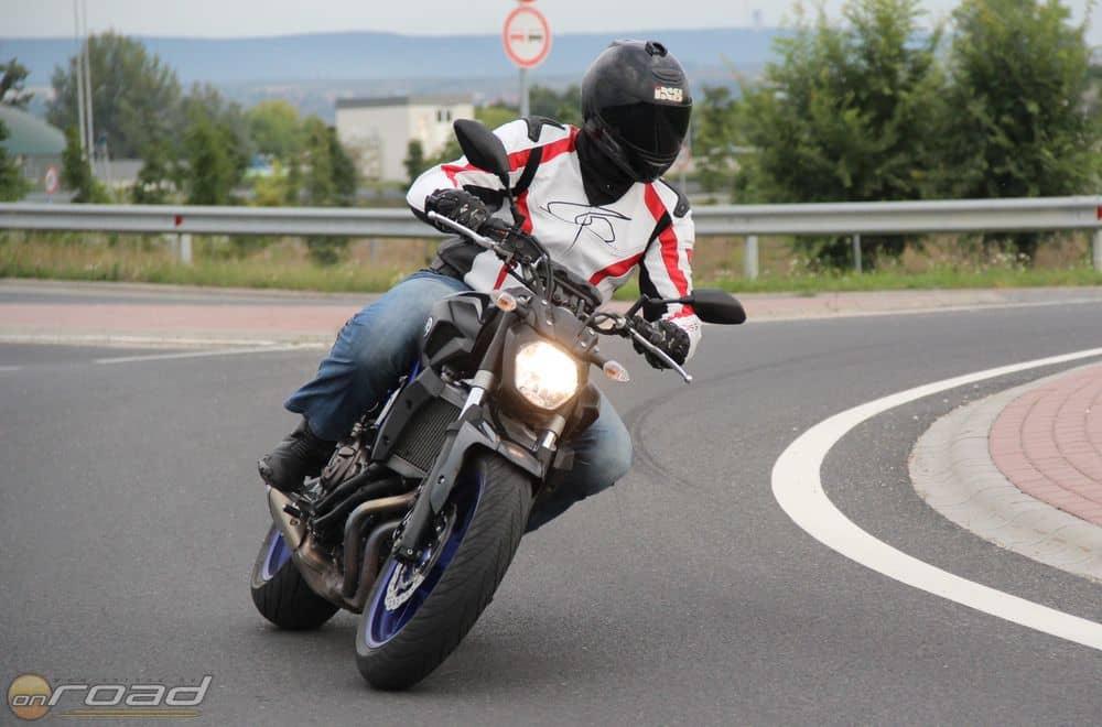 Aki egy középkategóriás olcsó japán csupasz motort keres, az ne bújja tovább az internetet! A Yamaha MT-07 a kategórián belül az egyik legjobbat kínálja jelenleg