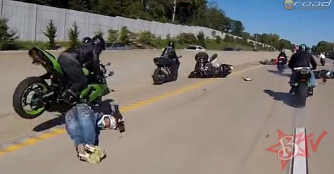 A felvonulás során egy motoros hülyesége miatt egész bukás-hullám indult el
