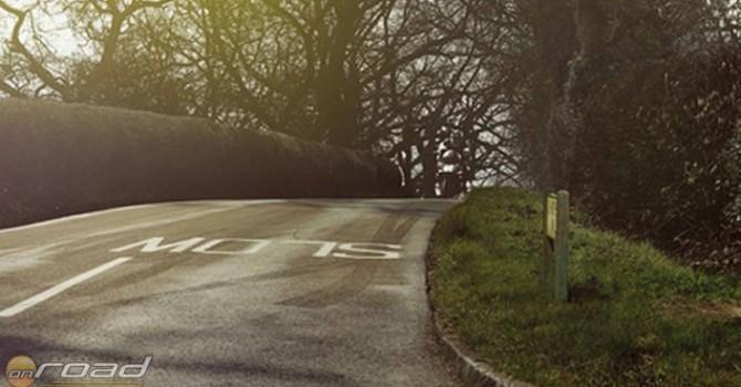 A képen egy motoros közeledik. Aki nem visel semmilyen láthatósági felszerelést...
