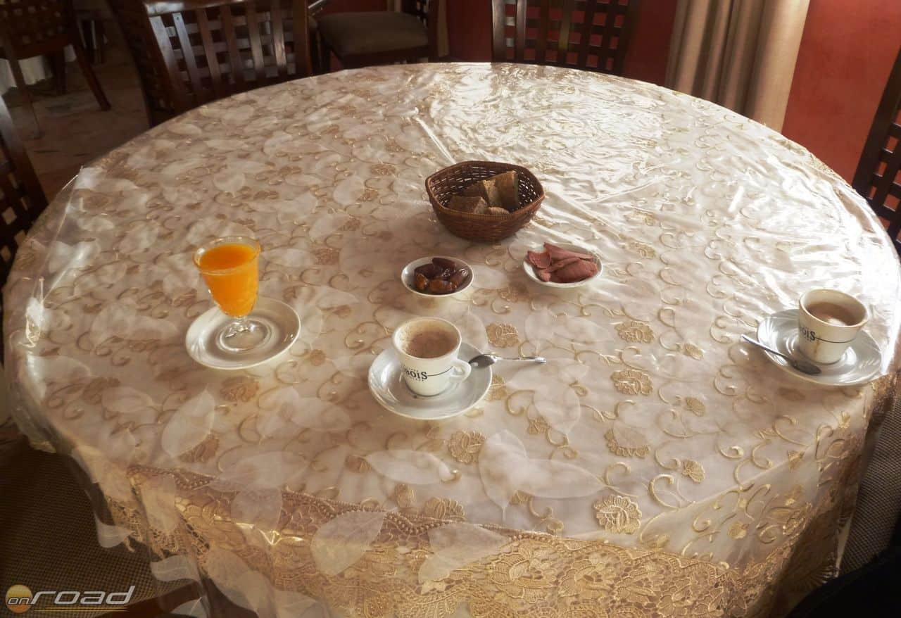 Reggelink: azonosíthatatlan kávé, száraz felvágott és kenyér, datolya és narancslé