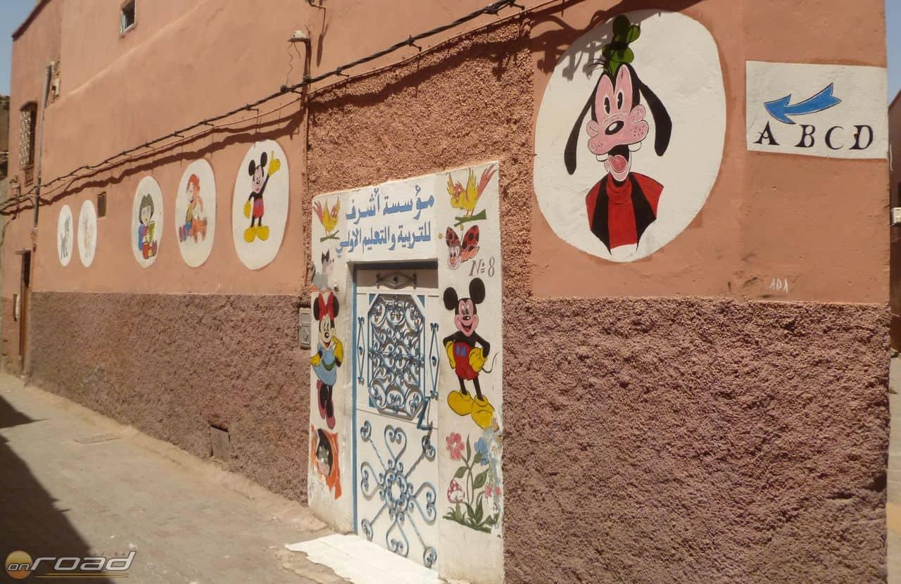 Üde színfolt a világi kisiskola a medina komor falai között