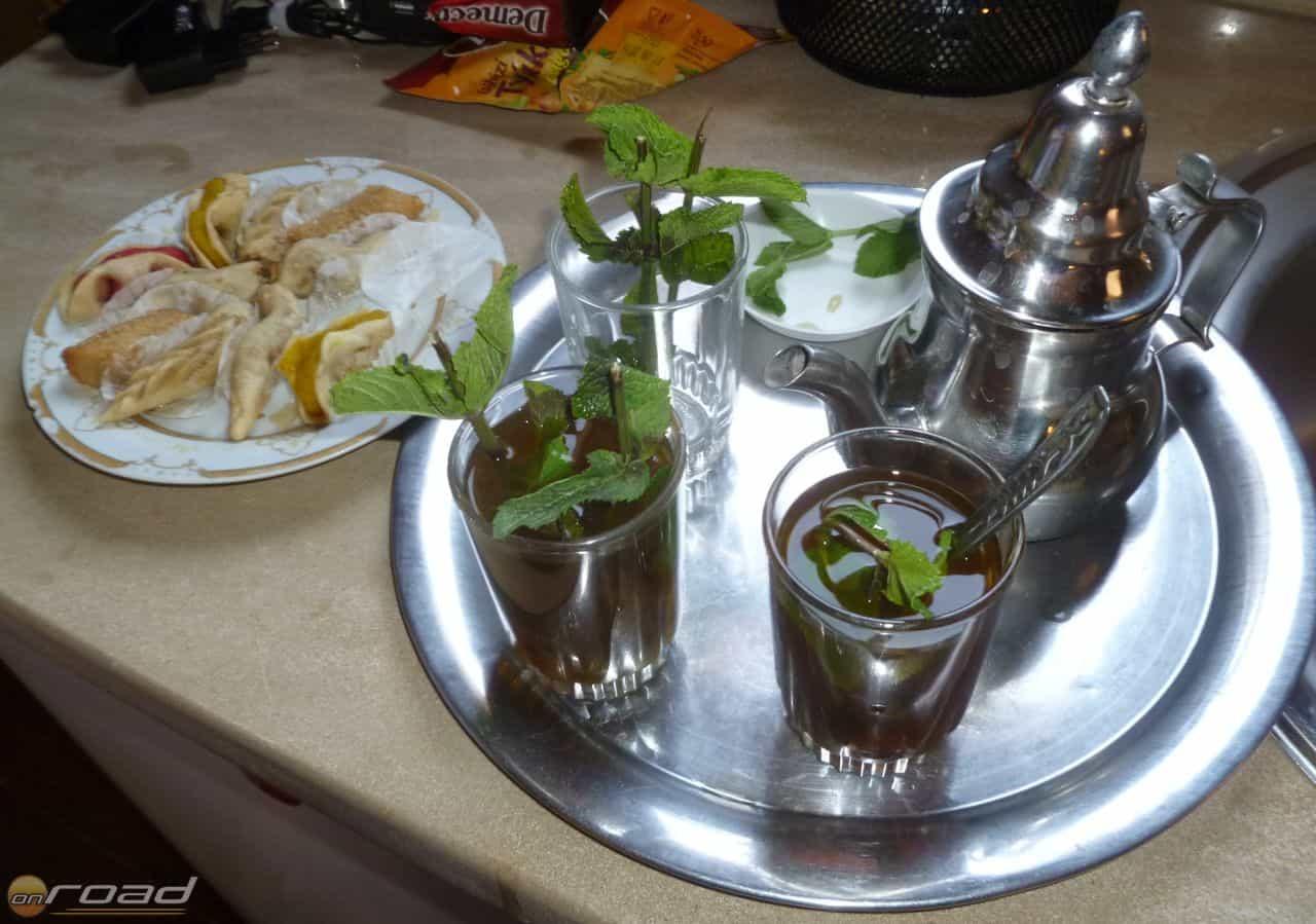 Az elmaradhatatlan menta tea és a mellé kínált, mézédes, fűszeres sütemények