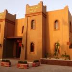 Marokkó túra onroad 68 Hotel Nzaha bejárat, Naplementekor
