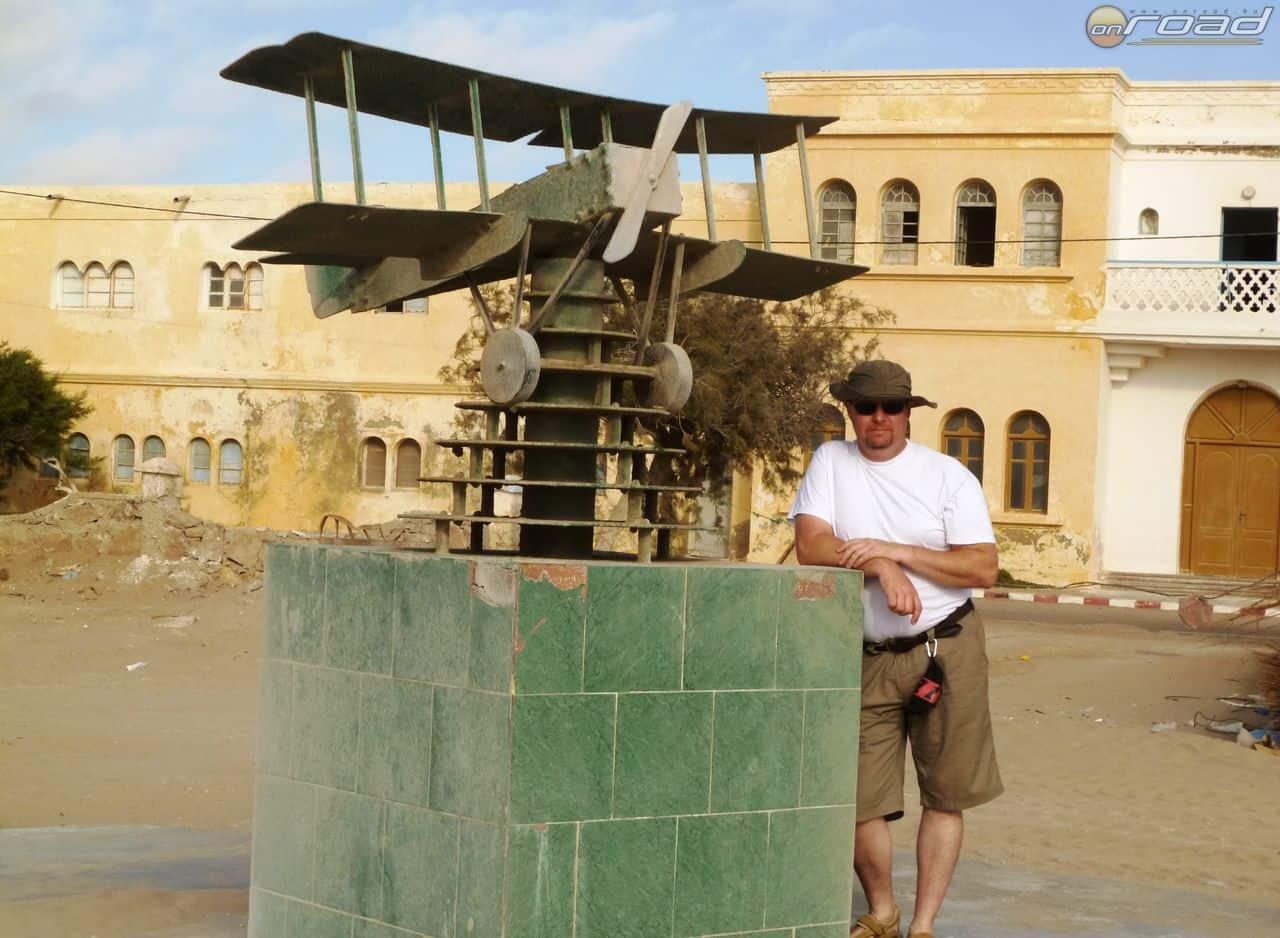 A francia postarepülők emlékműve Tarfayaban, a Yuby-foknál