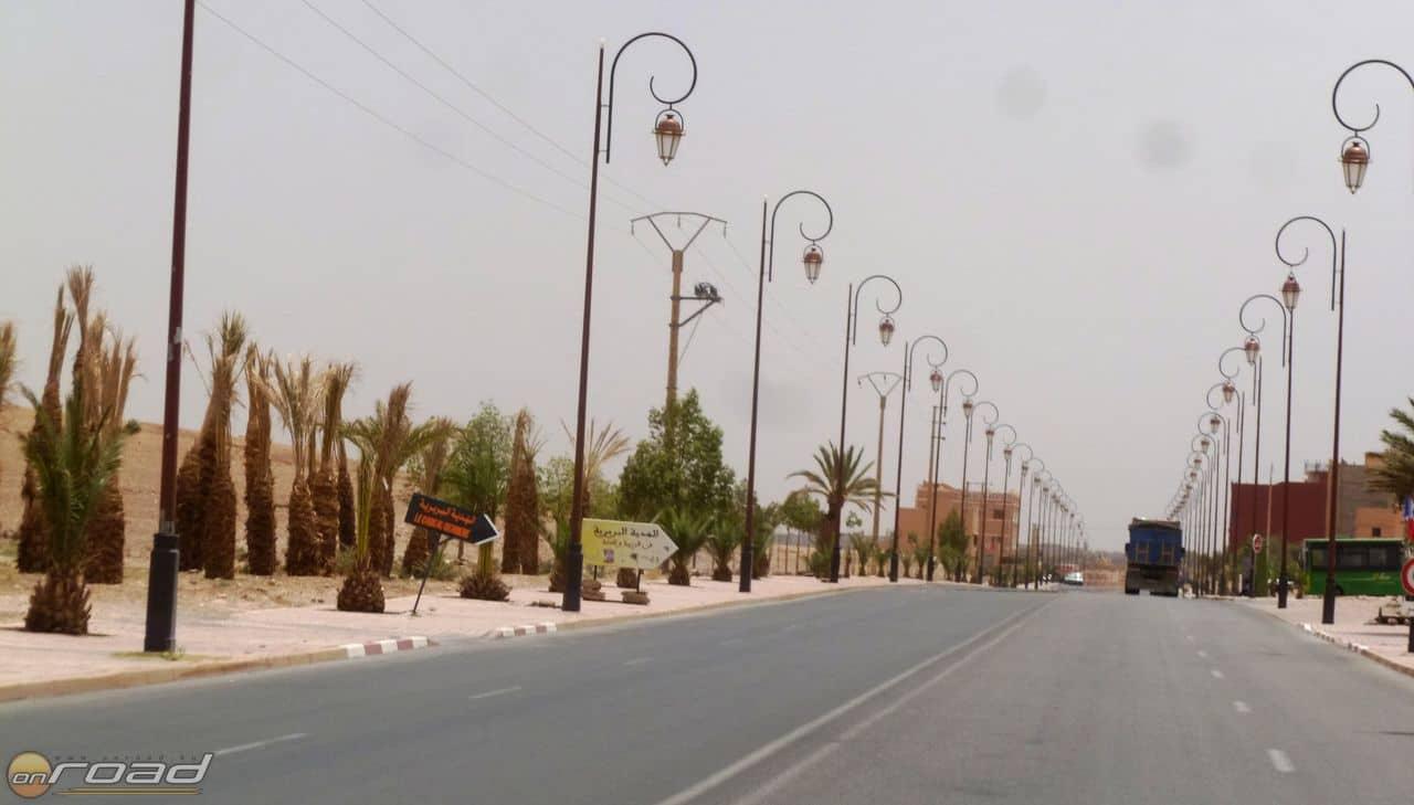 Jellegzetes sivatagi városi bevezető út