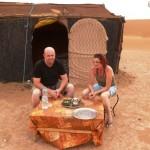 Marokkó túra onroad 107 Lakosztályunk előtt teázunk