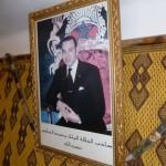 Marokkó túra onroad 115 Személyi kultusz,  király képe a recepción
