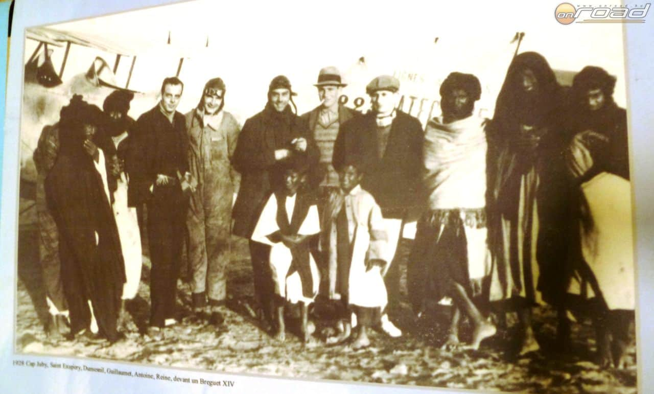 Bátor férfiak egy postarepülő előtt
