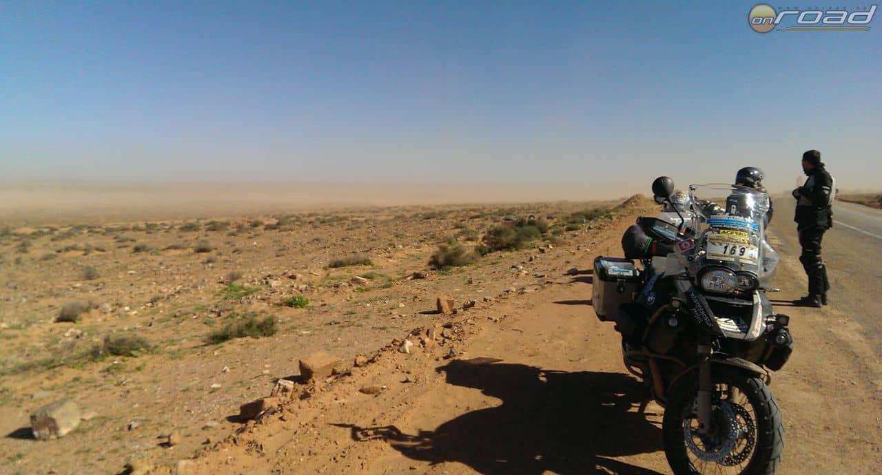 A távolban kavarog a homokvihar...