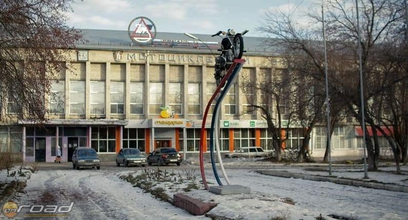 A gyár bejárata - ritka, hogy beengedjenek valakit, aki nem oda tartozik
