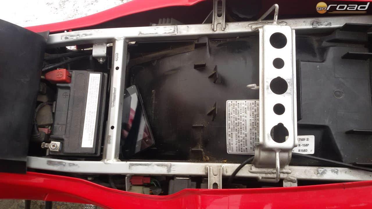 Az ülés alatt találjuk az akkumulátort és némi tárolóhelyet