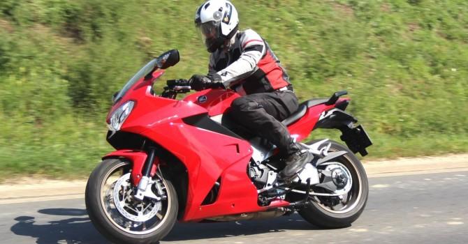 Sportos motorokon is tökéletes viselet a Spyke Mistraal Air és a Bora párosítása