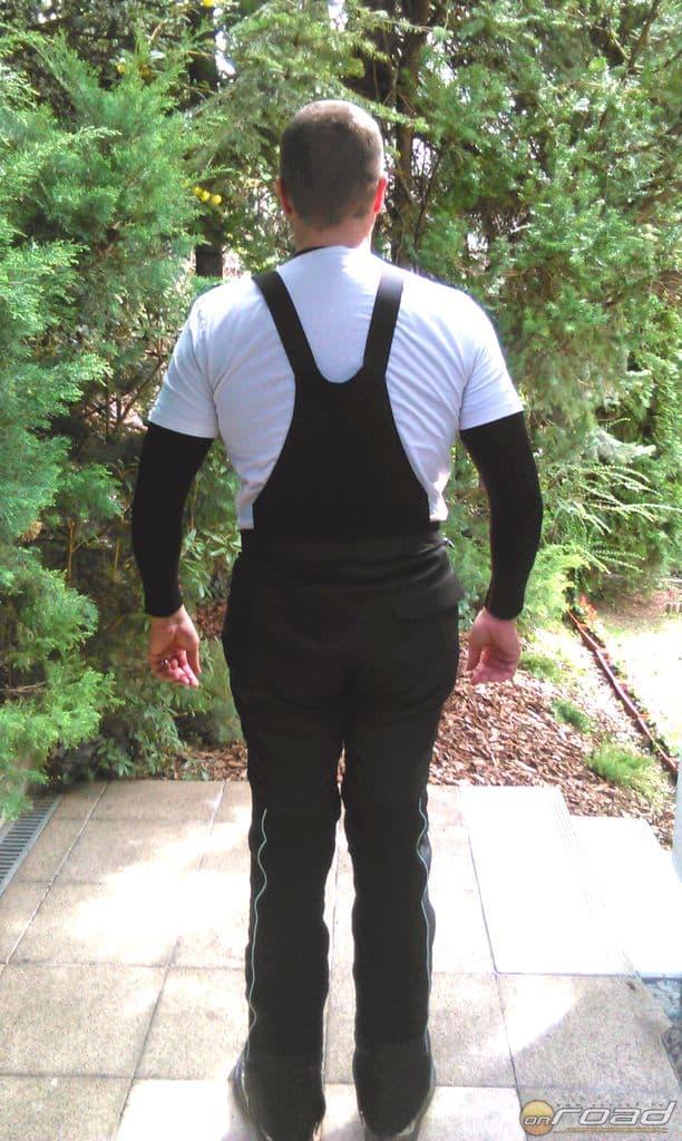 A Bora nadrág átalakításai közül az első: kapott egy fixen rávarrt magasabb hátrészt