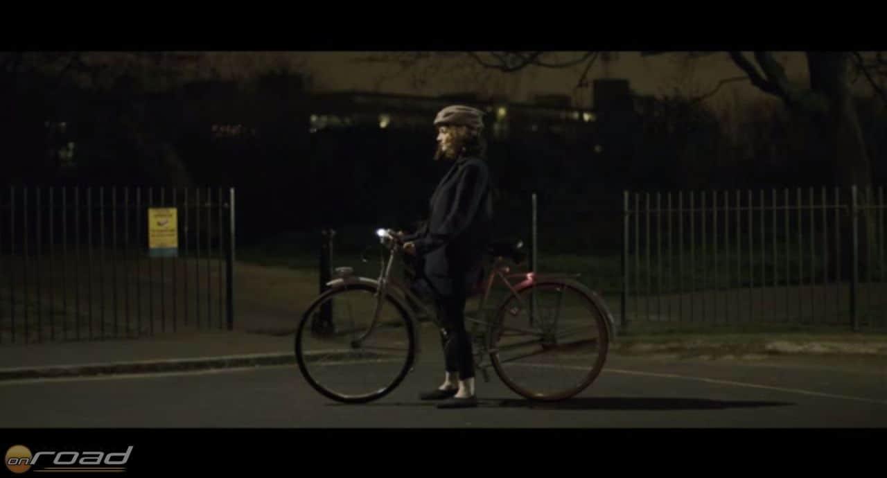 Ennyit látunk éjszaka egy fényvisszaverő nélküli járműből - lehetne akár motoros is!