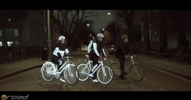 """Na, hány biciklis van a képen? Bizony három, csak a jobb oldali még """"nincs lefújva"""""""