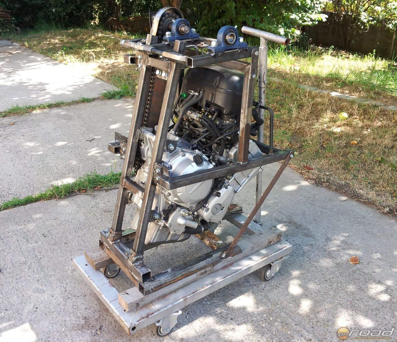 Elkészült a motortartó - itt már látszik, hol lesz a légcsavar tengelye és hogyan hajtja azt a Fazer blokk