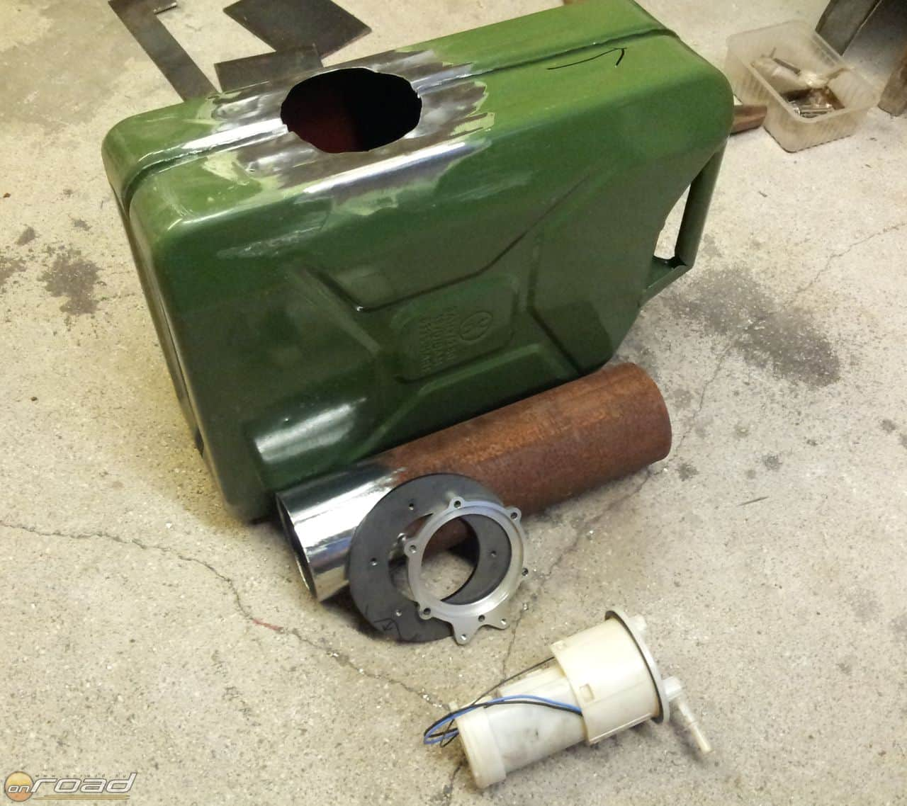 Az egyik kanna hordja magában a gyári Yamaha üzemanyag-szivattyút