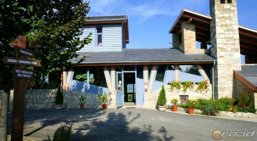 A neszmélyi Hilltop étterem teraszáról egy kávé mellett gyönyörködhetünk a Dunában