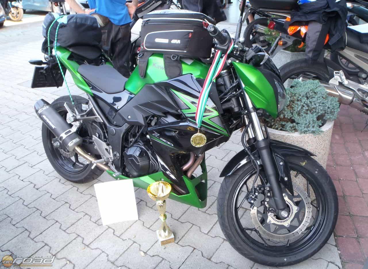 A Kawasaki Z300 a kupával és az éremmel: kicsi a bors, de aláz!