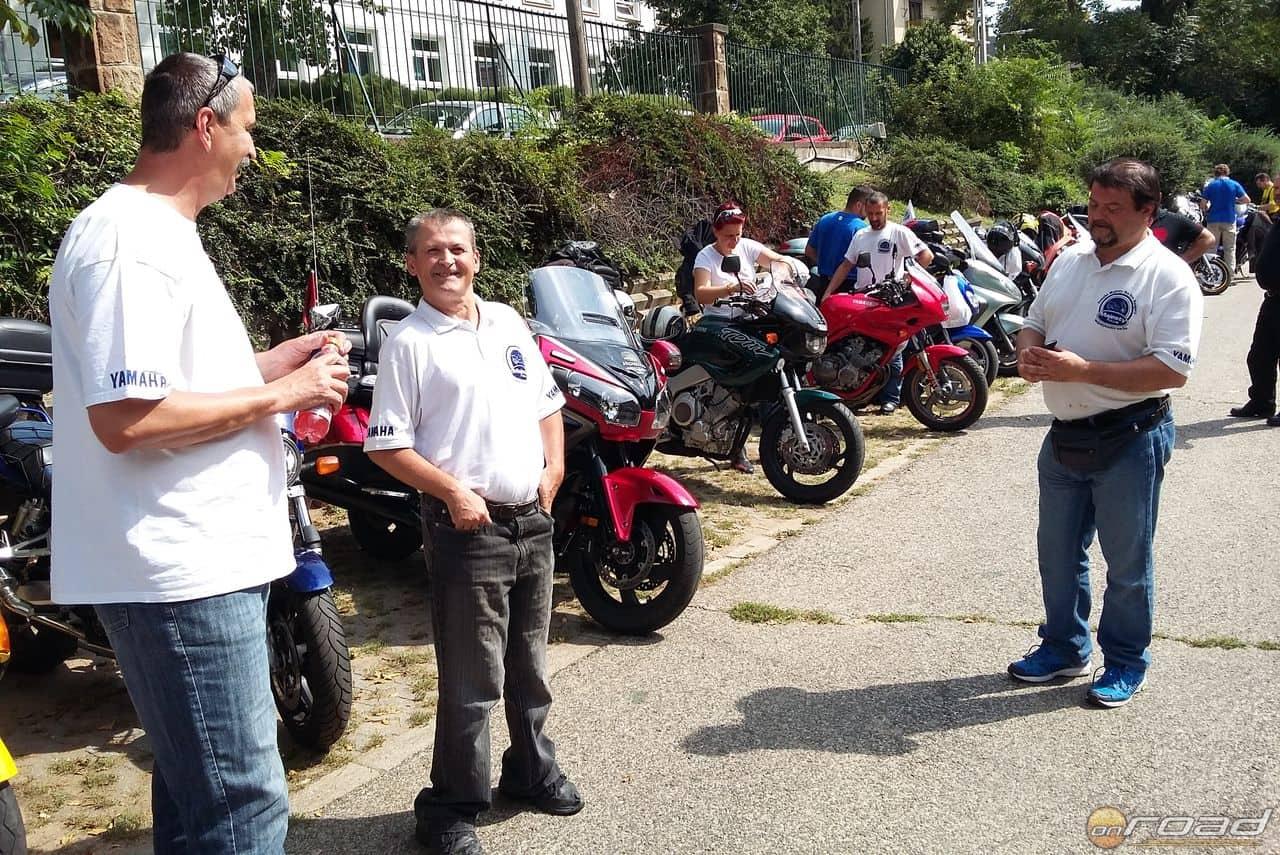 A középen látható motoros társunk valaha itt tanult - ma már motorozik!