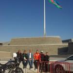 Útvonalbiztosítás Baku túra Onroad 20150613_Az óriás lobogó alatt