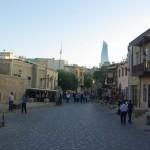 Útvonalbiztosítás Baku túra Onroad 20150613_Baku óvárosa_héttérben a jelenkor épületei