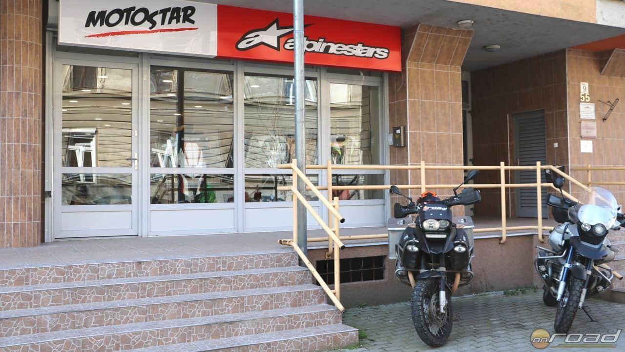 Az üzlet előtt kényelmesen parkolhatsz motorral