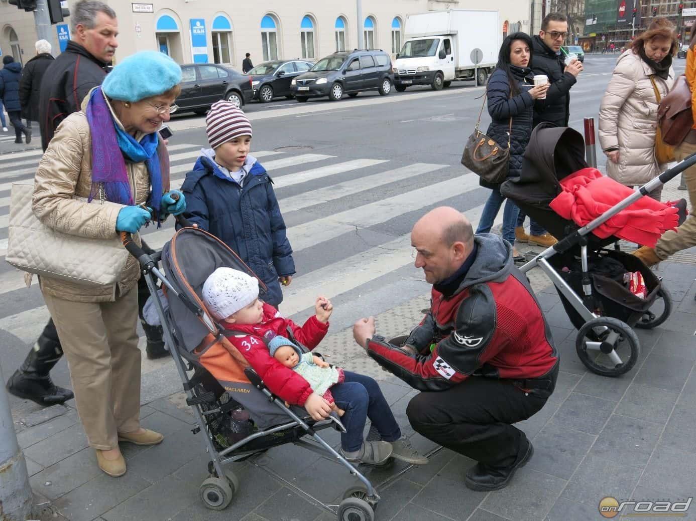 A járókelők általában nagyon meglepődtek - de a gyerekek öröme határtalan és őszinte volt