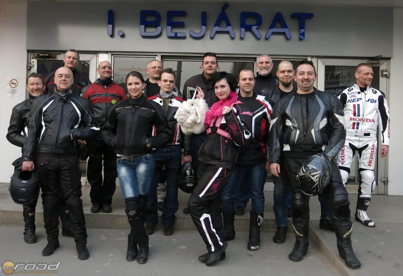 A csapat a Heim Pál Gyermekkórház előtt