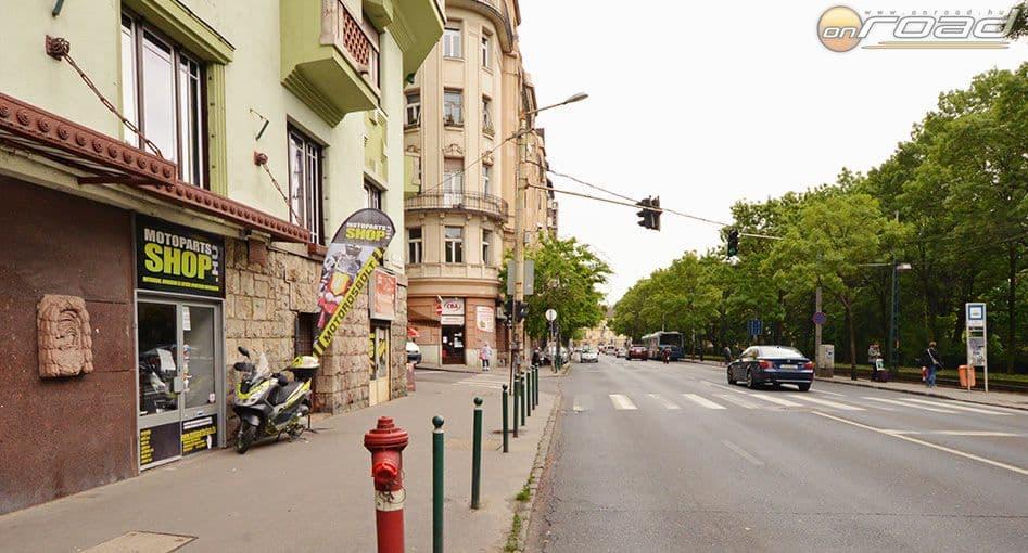 A kép arccal a Széll Kálmán tér felé készült, tehát ha onnan jössz, jobb oldalon lesz a bolt