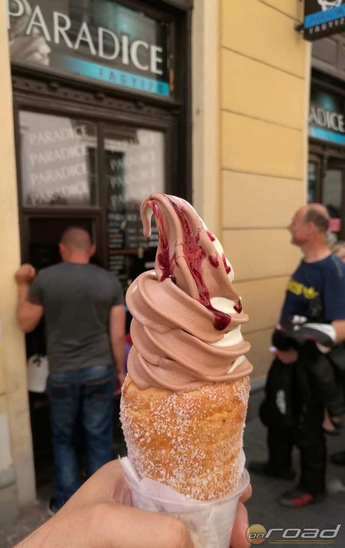 Igazi különlegesség volt a záró nyalat is: kürtős kalácsba töltött hideg édesség